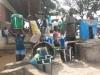 mensen-met-emmers-bij-de-waterput